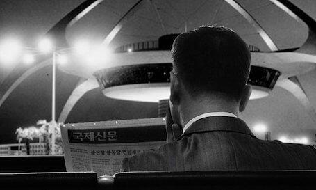 I servizi di reportistica per le aziende – Un uomo d'affari mentre legge
