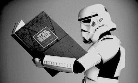 I servizi di traduzione di Supertext per il cinema – Uno stormtrooper mentre legge